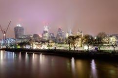 Horizonte de la ciudad de Londres en la noche Fotos de archivo libres de regalías
