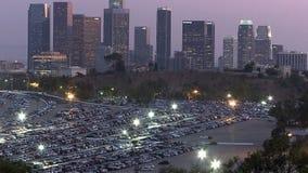 Horizonte de la ciudad de Los Ángeles con el estacionamiento del Dodger Stadium