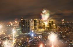 Horizonte de la ciudad de los fuegos artificiales y de Manila Imagen de archivo