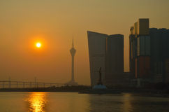 Horizonte de la ciudad de Macao en el puerto externo antes de la puesta del sol Imagen de archivo libre de regalías