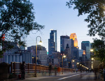 Horizonte de la ciudad de Minneapolis del puente de piedra del arco Fotos de archivo