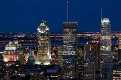 Horizonte de la ciudad de Montreal de Parc Mont-real (parque Mont-real) en la noche Imagen de archivo libre de regalías