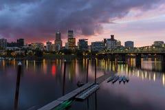 Horizonte de la ciudad de Portland a lo largo del río de Willamette en la oscuridad Imagen de archivo libre de regalías