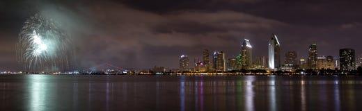 Horizonte de la ciudad de San Diego California y celebración de los fuegos artificiales de Fotografía de archivo libre de regalías
