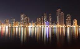 Horizonte de la ciudad de Sharja en la noche foto de archivo libre de regalías
