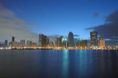 Horizonte de la ciudad de Sharja en la oscuridad fotografía de archivo libre de regalías