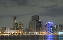 Horizonte de la ciudad de Sharja en la oscuridad imagen de archivo libre de regalías
