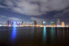 Horizonte de la ciudad de Sharja en la oscuridad foto de archivo libre de regalías