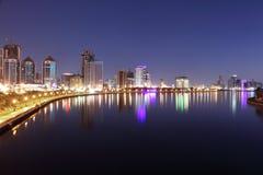 Horizonte de la ciudad de Sharja en la oscuridad foto de archivo