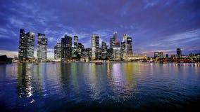 Horizonte de la ciudad de Singapur en la noche almacen de metraje de vídeo
