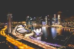 Horizonte de la ciudad de Singapur en la noche y la opinión Marina Bay Top View Imagen de archivo