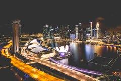 Horizonte de la ciudad de Singapur en la noche y la opinión Marina Bay Top View Fotos de archivo