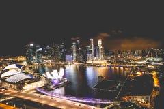 Horizonte de la ciudad de Singapur en la noche y la opinión Marina Bay Top Views Foto de archivo