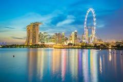 Horizonte de la ciudad de Singapur y opinión Marina Bay en la noche en Singap Imagen de archivo