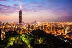 Horizonte de la ciudad de Taipei en la puesta del sol con la Taipei famosa 101 Fotos de archivo libres de regalías