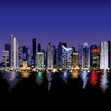 Horizonte de la ciudad en la noche Foto de archivo libre de regalías
