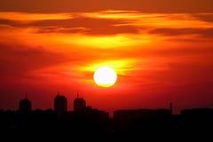 Horizonte de la ciudad en la puesta del sol Fotografía de archivo