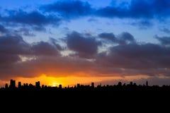 Horizonte de la ciudad en la salida del sol Foto de archivo libre de regalías