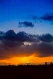 Horizonte de la ciudad en la salida del sol o la puesta del sol Imagen de archivo