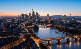 Horizonte de la ciudad de Frankfurt-am-Main en la puesta del sol del verano Fotos de archivo
