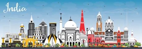 Horizonte de la ciudad de la India con los edificios del color y el cielo azul delhi momia