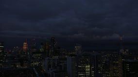 Horizonte de la ciudad de Londres en la noche almacen de metraje de vídeo