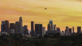 Horizonte de la ciudad de Los Ángeles con del dirigible no rígido lapso de tiempo arriba en el centro de la ciudad - metrajes