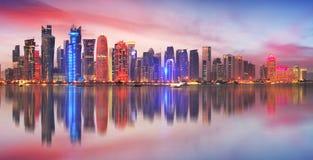 Horizonte de la ciudad moderna de Doha en ` s C de Qatar, Oriente Medio - de Doha fotos de archivo
