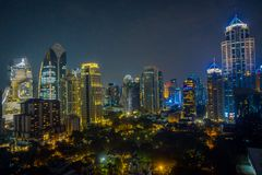 Horizonte de la ciudad de la noche de Bangkok Fondo del oro de la luz de la opinión panorámica y de perspectiva del alto rascacie fotos de archivo libres de regalías
