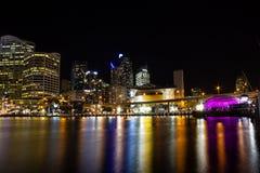 Horizonte de la ciudad de la noche de Darling Harbor, Australia imagen de archivo