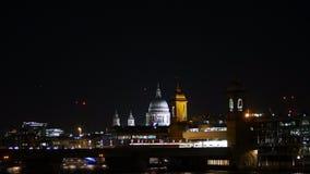 Horizonte de la ciudad de la noche de Londres: La catedral de San Pablo, el río Támesis y el tren del sudeste almacen de metraje de vídeo