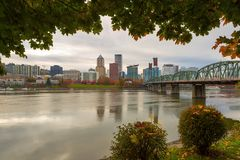 Horizonte de la ciudad de Portland enmarcado por el follaje de otoño Imagen de archivo