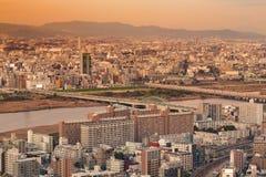 Horizonte de la ciudad de la residencia de Umeda con el fondo de la montaña, Osaka Japan Imagen de archivo libre de regalías