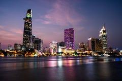 Horizonte de la ciudad de Saigon, Vietnam en el crepúsculo imagen de archivo