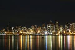 Horizonte de la ciudad de Seattle en la noche con las luces reflejadas en agua imagenes de archivo