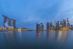 Horizonte de la ciudad de Singapur con Marina Bay en la noche Fotos de archivo