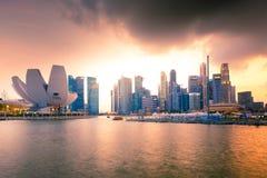 Horizonte de la ciudad de Singapur en la oscuridad imagen de archivo