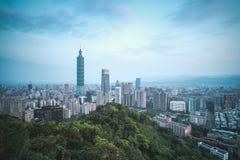 Horizonte de la ciudad de Taipei en el amanecer - capital ciudad moderna del negocio de Taiwán, Asia Imagen de archivo