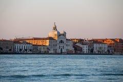 Horizonte de la ciudad de Venecia en la salida del sol fotografía de archivo libre de regalías