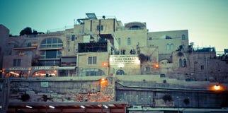 Horizonte de la ciudad vieja en la pared y la Explanada de las Mezquitas occidentales adentro fotos de archivo