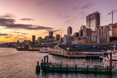 Horizonte de la costa de Seattle en la oscuridad foto de archivo libre de regalías