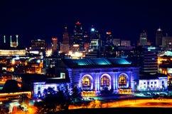 Horizonte de la estación de la unión de Kansas City en la noche Fotos de archivo