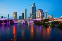 Horizonte de la Florida Tampa en la puesta del sol en los E.E.U.U. Fotos de archivo libres de regalías