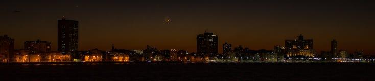 Horizonte de La Habana en la puesta del sol, con la luna creciente Imagen de archivo