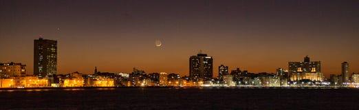 Horizonte de La Habana en la puesta del sol, con la luna creciente Imagen de archivo libre de regalías