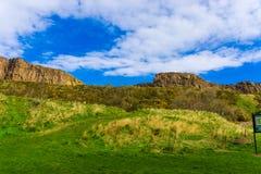 Horizonte de la hierba verde de la montaña de Edimburgo fotos de archivo libres de regalías