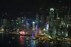 Horizonte de la isla de Hong Kong en la noche Imagenes de archivo