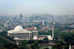 Horizonte de la mezquita y de Jakarta de Istiqlal Imagen de archivo libre de regalías