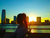 Horizonte de la mirada de la mujer en la puesta del sol Fotografía de archivo libre de regalías