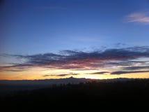 Horizonte de la montaña de Monviso con puesta del sol roja y las nubes hermosas Imagen de archivo